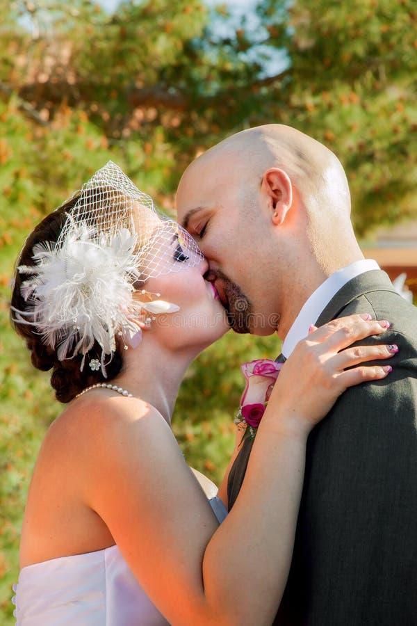 Поцелуй Groom невесты первый стоковые изображения rf
