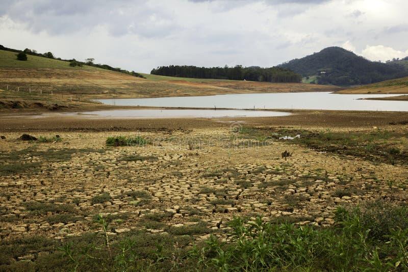 Почва засухи в бразильской запруде cantareira - запруде Jaguari стоковое изображение rf