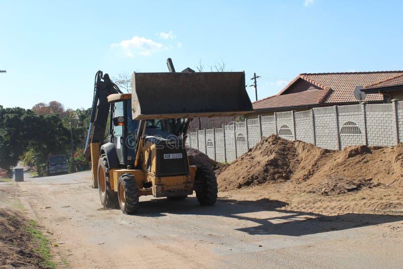 Почва затяжелителя Backhoe moving в Дурбане стоковые изображения rf