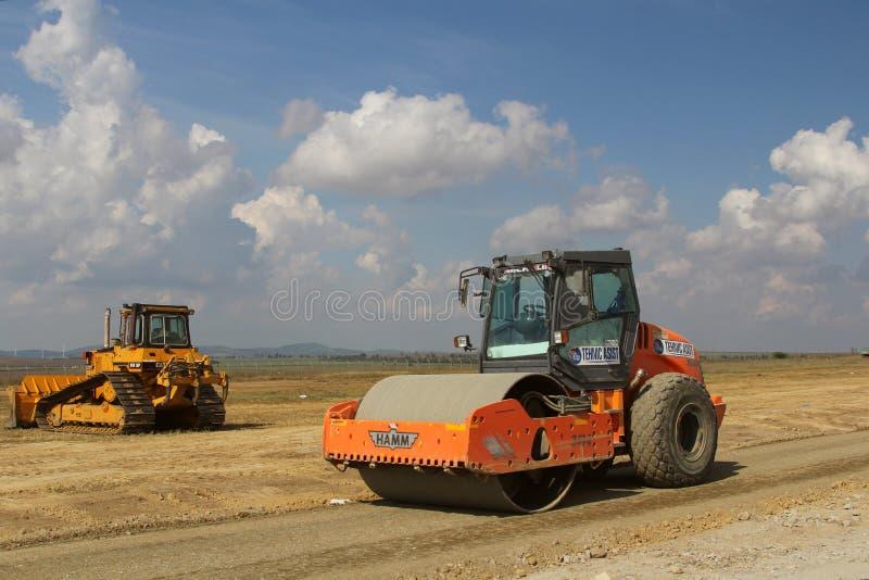Почва тяжелого строительного оборудования компактируя на строительной площадке взлётно-посадочная дорожка стоковое фото rf