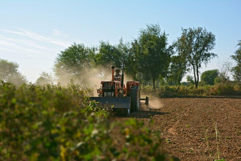 Download Почва фермера паша для подготовки Seedbed с машиной Tiller' Rotavator 'Rotary Редакционное Стоковое Фото - изображение насчитывающей farming, землекоп: 81803918