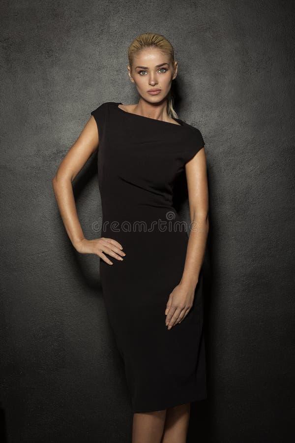 почерните женщину способа платья стоковая фотография