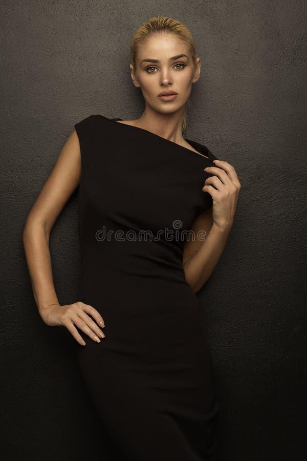 почерните женщину способа платья стоковая фотография rf