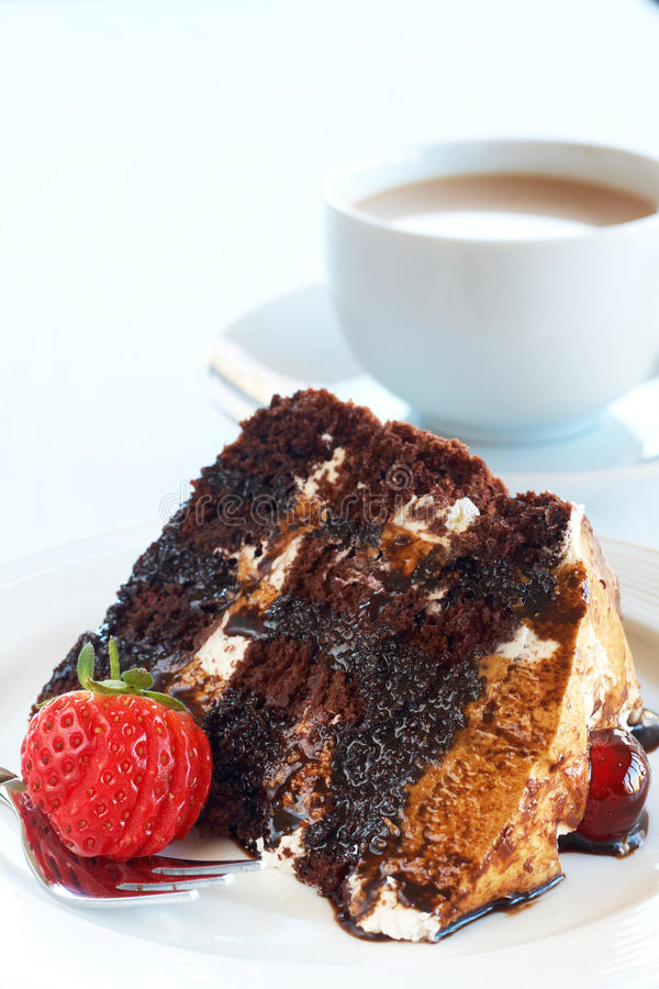 почерните ломтик пущи торта стоковое изображение rf