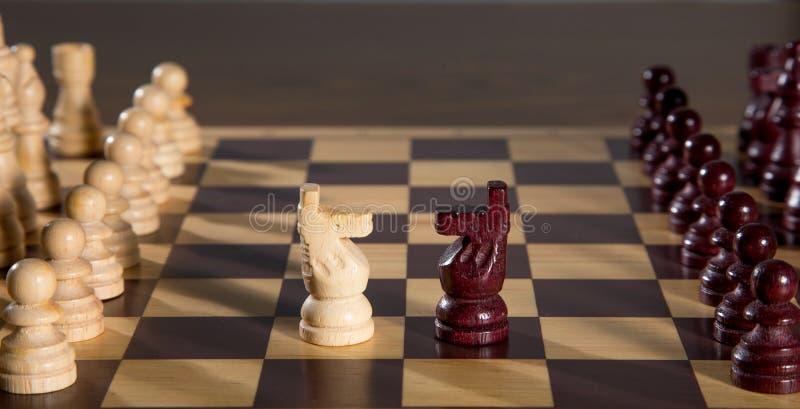 почерните ответную часть потери highlight игры конца шахмат проверки дела доски monochrome метафоры над успехом стратегии принима стоковая фотография rf