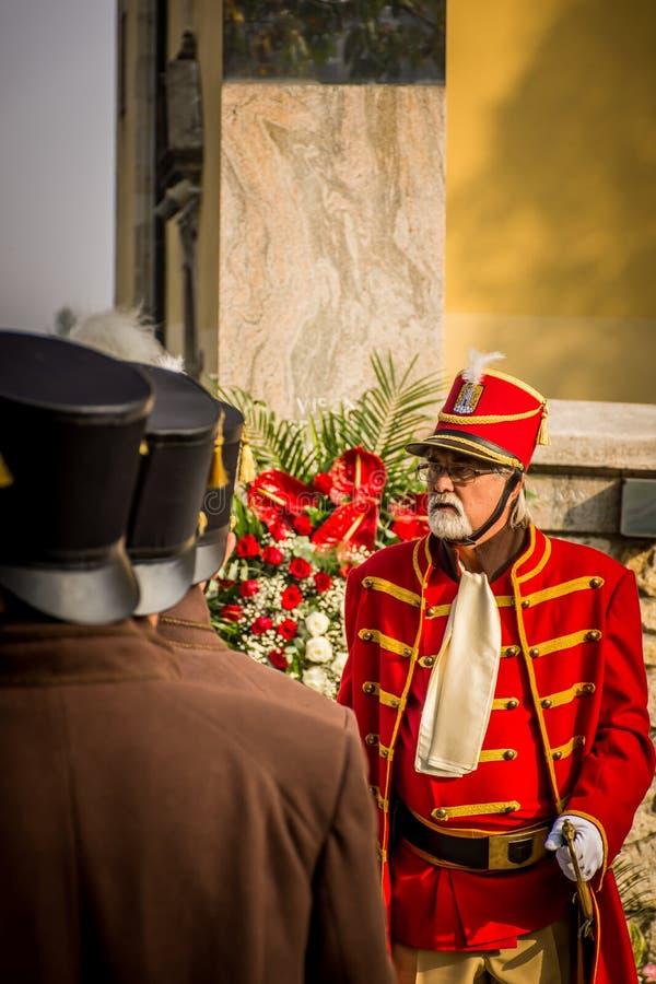 Почетные караулы выровнялись вверх с традиционными формами и шляпами стоковые фотографии rf