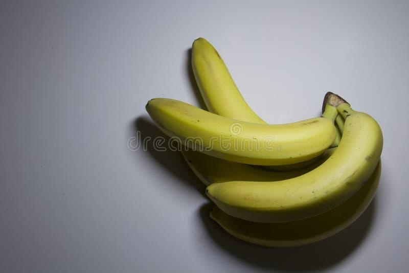 Почистьте желтый цвет щеткой банана на чистой белой предпосылке стоковое фото