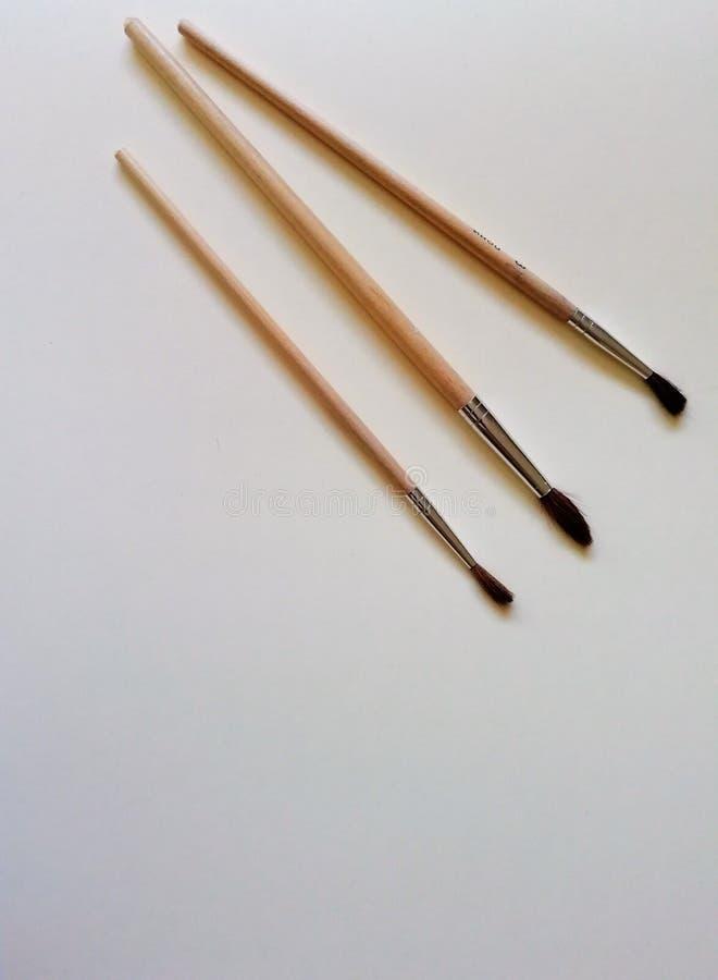 Почистьте щеткой на белой предпосылке с местом для текста Канцлерский суд на столе стоковое фото rf