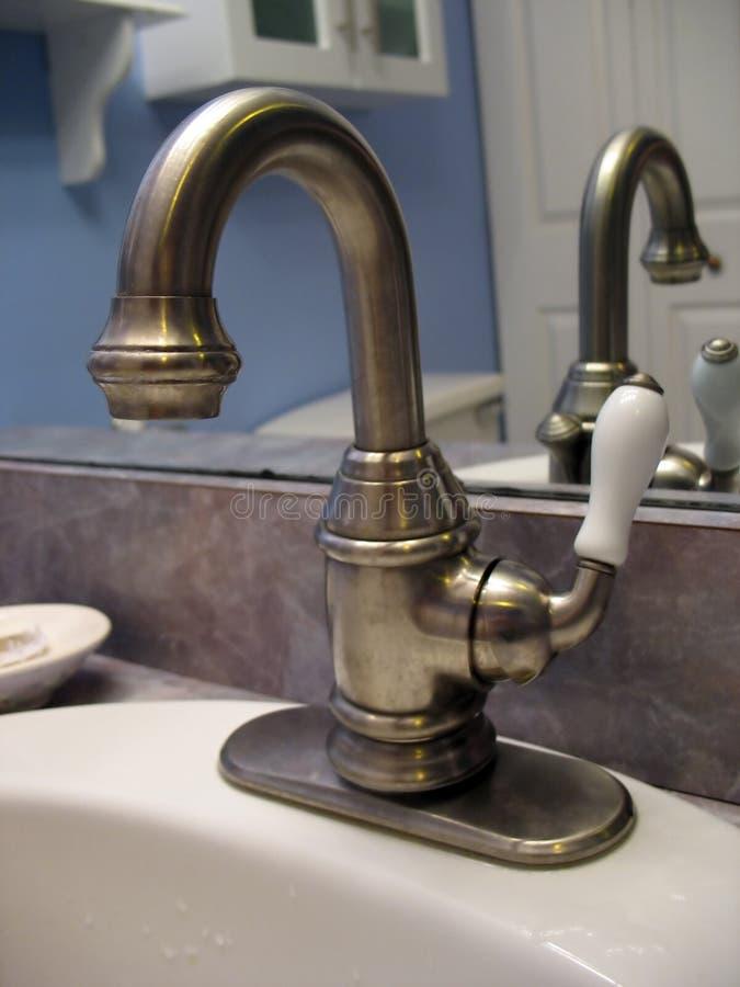 почищенный щеткой никель faucet стоковое изображение
