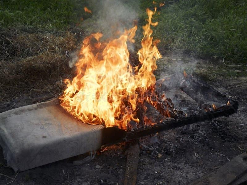Почти сгоренный вниз с matress стоковое фото