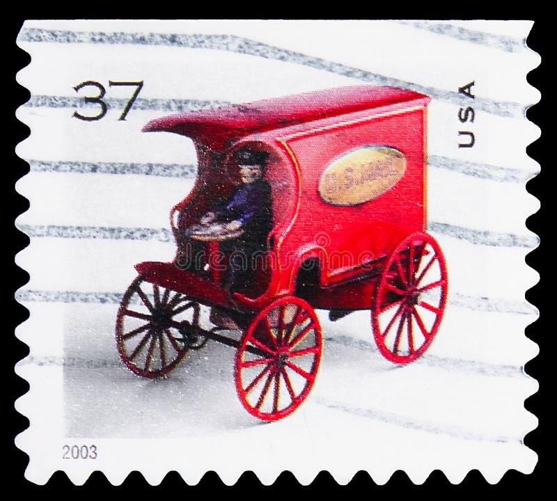 Почтовая марка, напечатанная в Соединенных Штатах, показывает игрушечную почту Вагон, (от 2003 года), игрушечные автомобили, окол стоковое фото rf