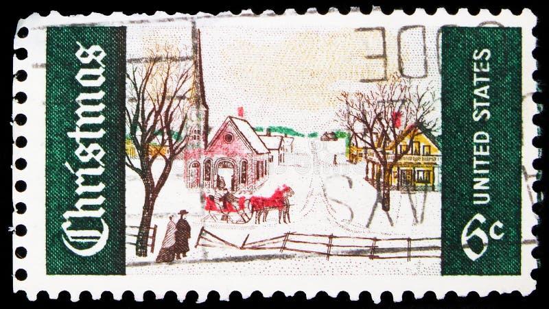 Почтовая марка, напечатанная в США, показывает зимнее воскресенье в Норвегии, штате Мэн, рождественскую серию, около 1969 года стоковое фото