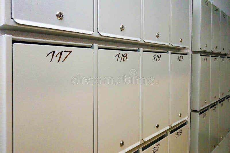 Почтовый ящик во входе жилого дома мульти-этажа стоковые изображения