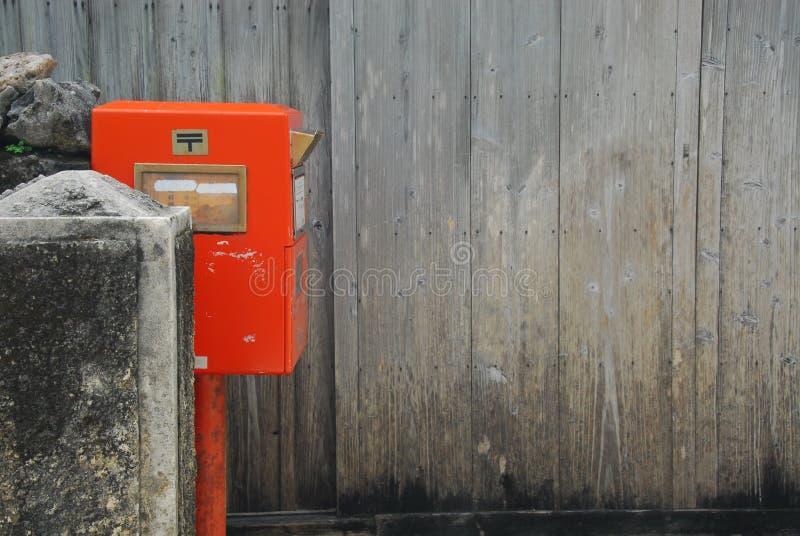 Почтовый ящик и деревянная стена планки стоковое изображение rf