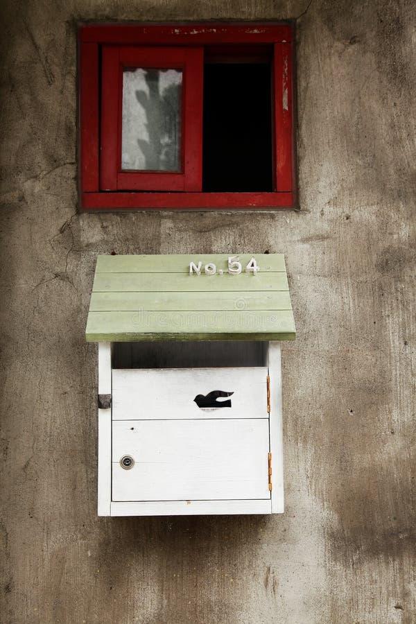 Почтовый ящик и красное окно рамки на стене цемента стоковые фотографии rf