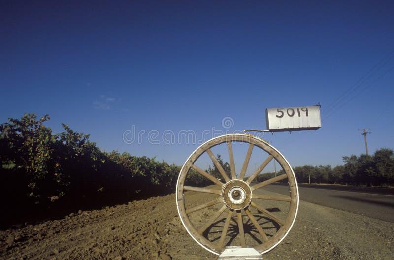 Почтовый ящик колеса телеги, Modesto, CA стоковая фотография rf