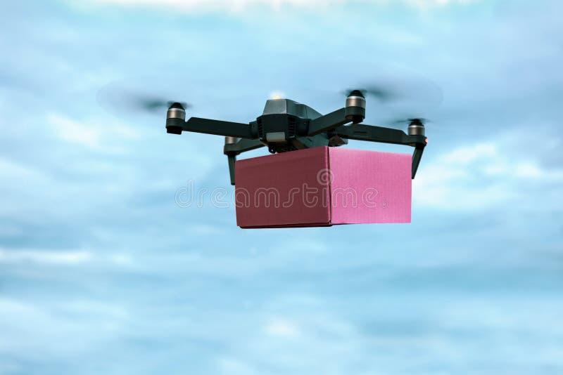 Почтовый ящик нося трутня для быстрой доставки воздуха стоковые изображения rf