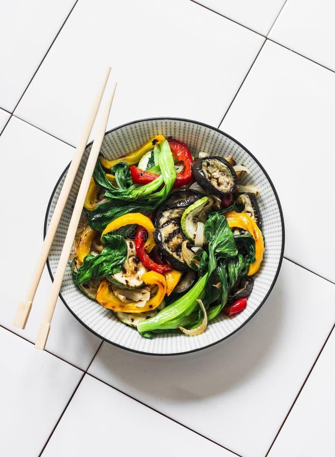 Пошевелите овощи картофеля фри в азиатском стиле Быстро зажарил в духовке овощи вка - bok choy, баклажан, болгарский перец, цукин стоковая фотография rf
