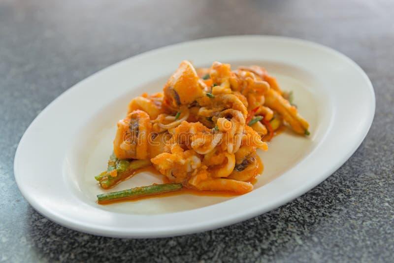 Пошевелите зажаренного кальмара с посоленной кухней яичного желтка тайской стоковые изображения rf