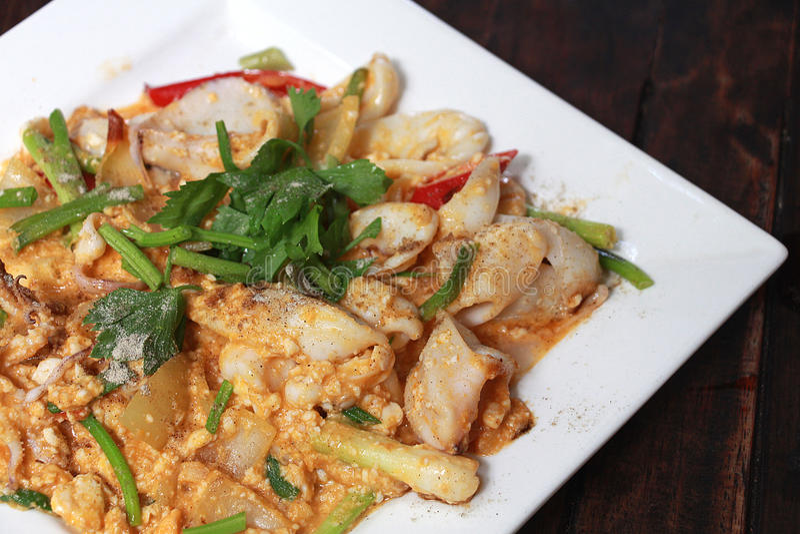 Пошевелите зажаренного кальмара с посоленным яичком морепродукты Йорка, Таиланда очень вкусные стоковое изображение rf