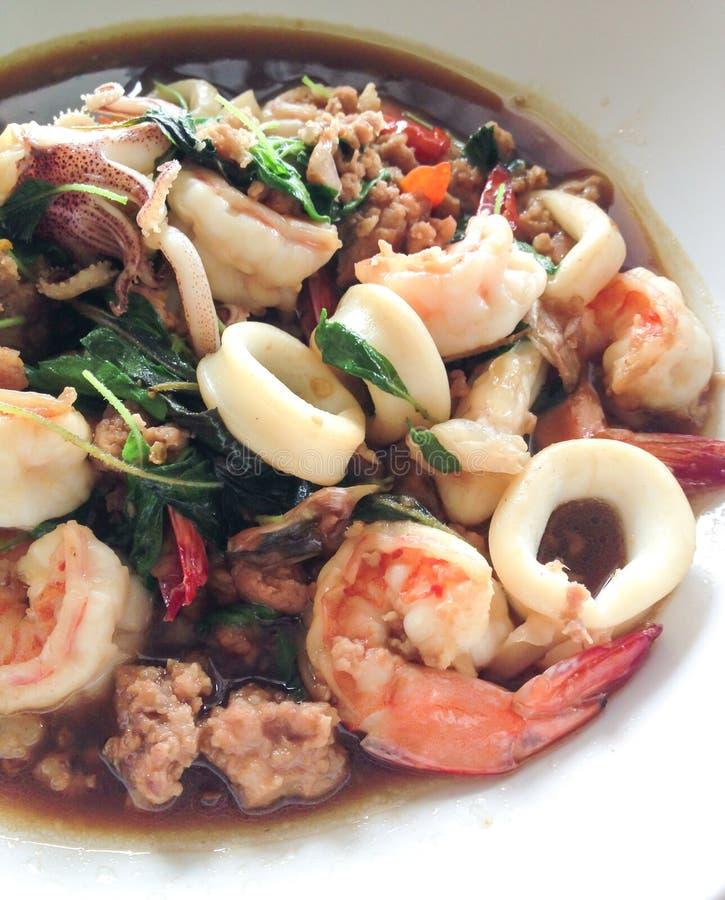 Пошевелите зажаренные морепродукты с святым базиликом, тайской едой стоковое изображение rf