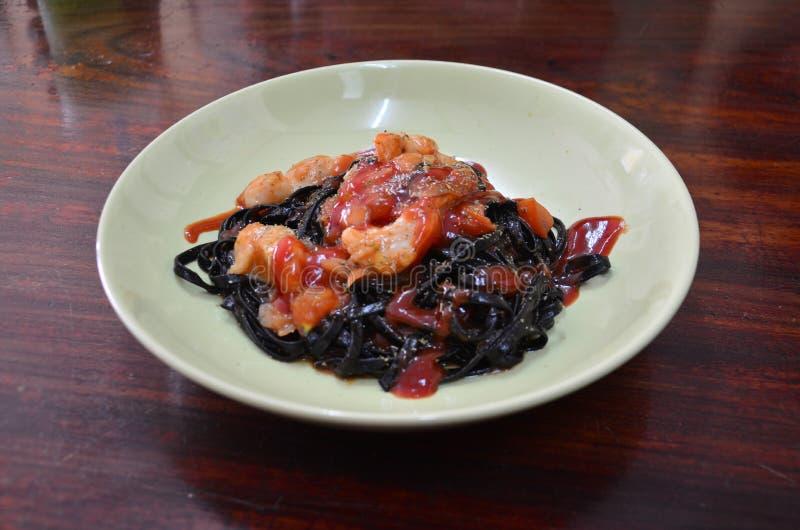 Пошевелите зажаренные чернила кальмара стренг спагетти черные с морепродуктами стоковое изображение rf