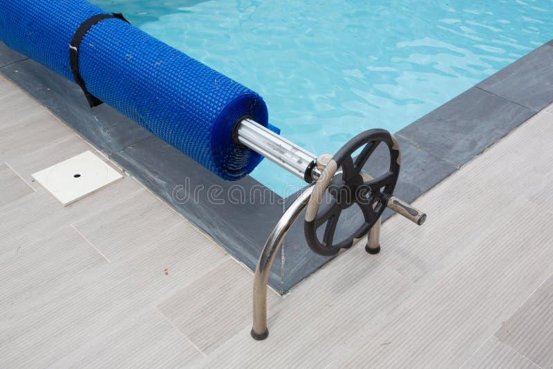 Пошлина бассейна вверх по предохранению от пузыря крышки оборудования солнечному стоковое фото rf