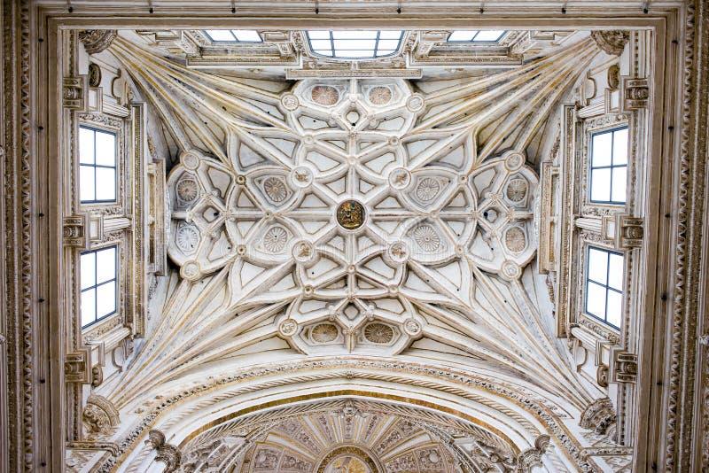 Пошущенный над потолок свода собора Mezquita стоковые фото