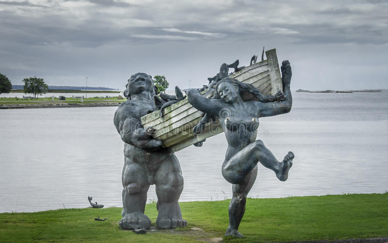 Пошлина Suur и статуя Piret, Saaremaa, Эстония стоковое фото