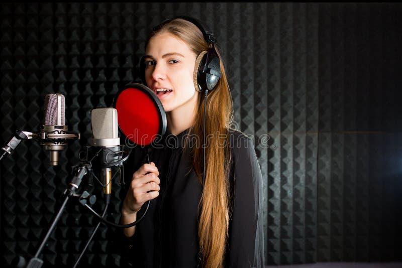 Поя маленькая девочка в студии звукозаписи стоковая фотография rf