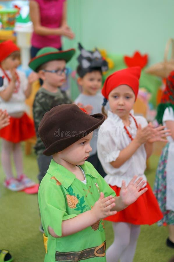 Поя одетые дети стоковая фотография