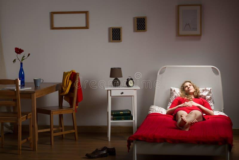 Подавленная сиротливая девушка стоковое изображение rf