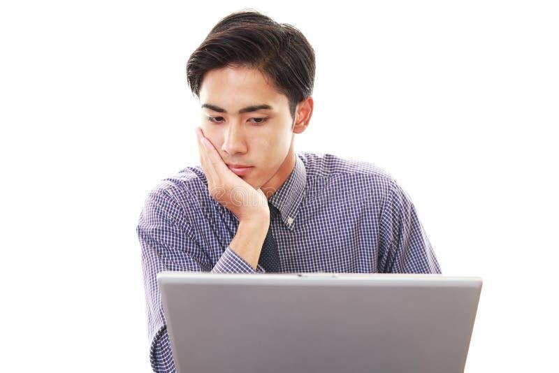 Подавленный азиатский бизнесмен стоковые фотографии rf
