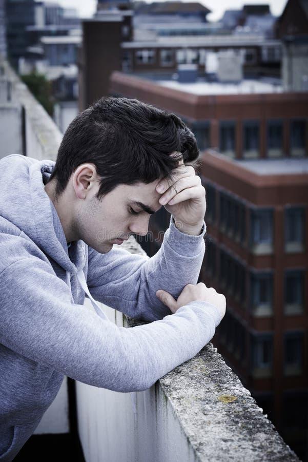 Подавленный молодой человек предусматривая суицид na górze высокорослого Buildin стоковая фотография rf