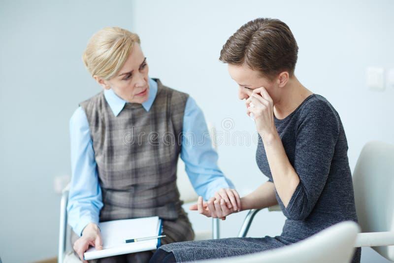 Подавленный пациент в психологической встрече поддержки стоковое фото