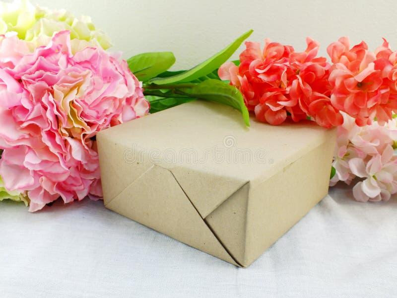Подарки и красивый букет цветков для предпосылки Дня матери стоковое изображение