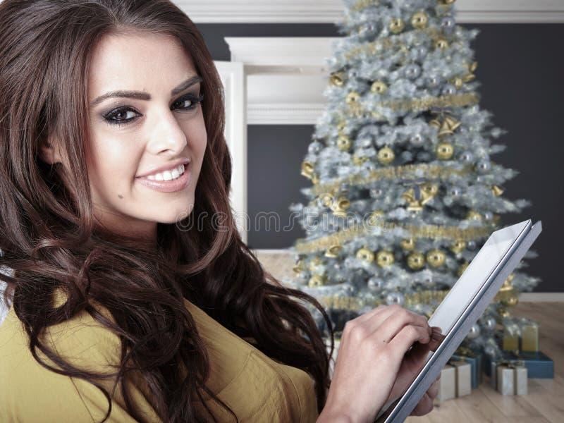 Подарки молодой женщины покупая стоковая фотография