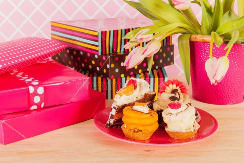 Подарки на день рождения и торты вычуры стоковая фотография rf
