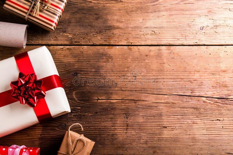 Подарки на рождество на таблице стоковые фотографии rf