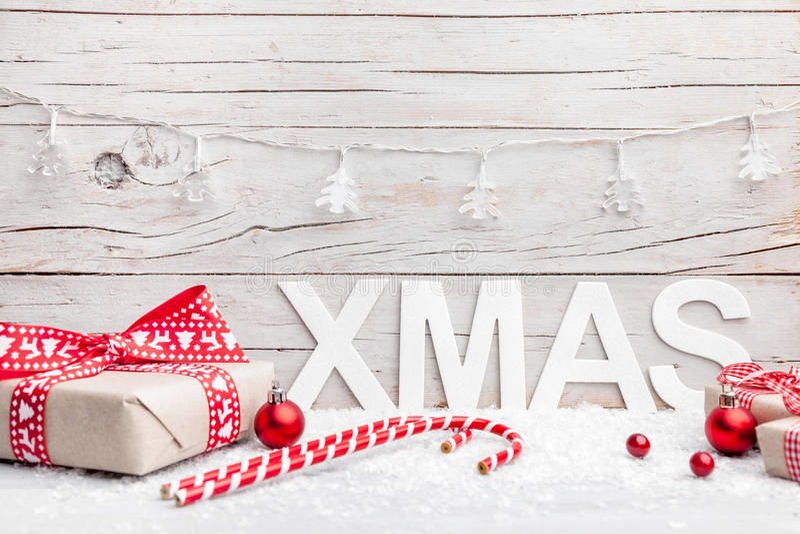 Подарки на рождество с снегом на деревянной предпосылке стоковое фото rf