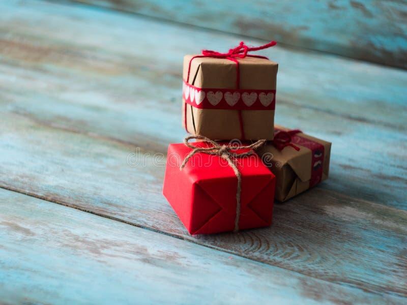 Подарки дня валентинок и матерей на старом деревянном столе, взгляде со стороны Открытый космос для текста стоковые изображения