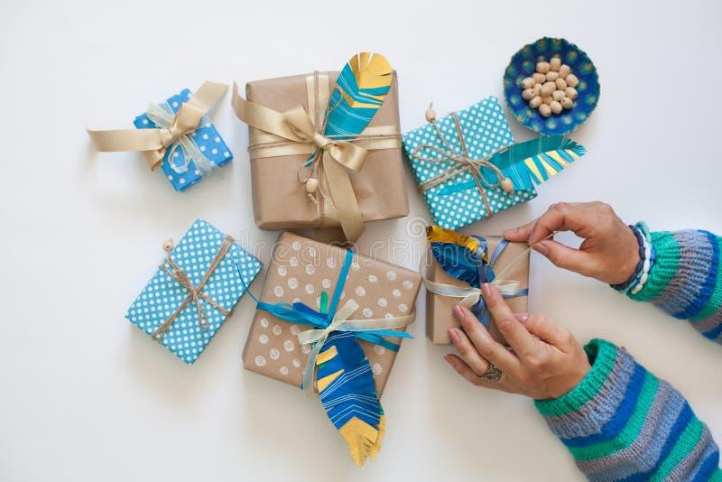 Подарки пакета женщин в ленте kraft бумажной над взглядом стоковое фото rf