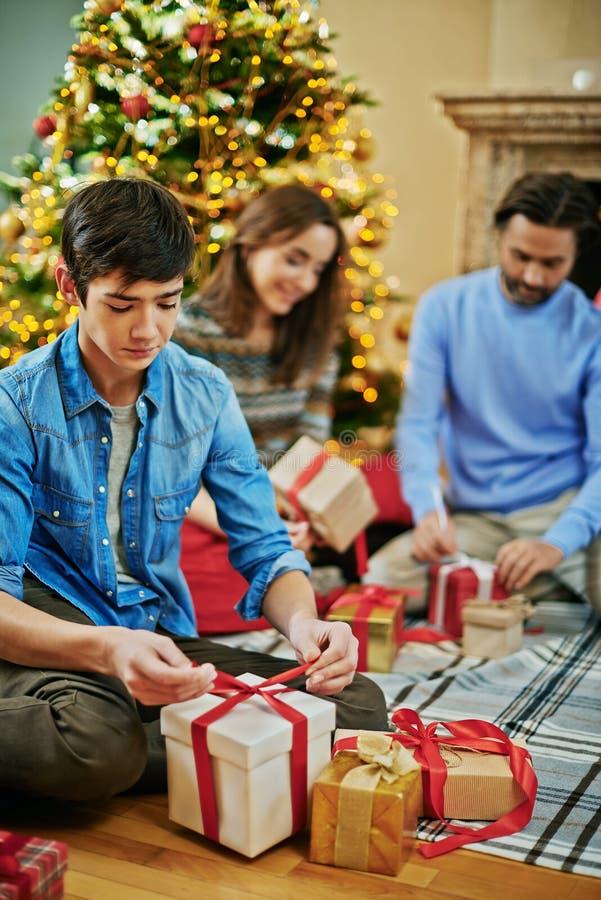 подарки подготовляя стоковые изображения