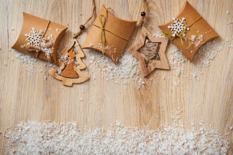 Подарки рождества в бумаге kraft с домодельные игрушки с снегом стоковое фото rf