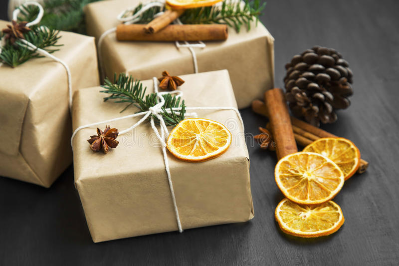 Подарки рождества ретро обернутые с высушенными оранжевыми куском и елью tr стоковая фотография rf