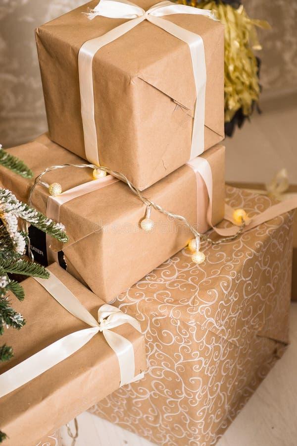 Download Подарки рождества упакованные в бумаге Craftool Чувство торжества Стоковое Изображение - изображение насчитывающей вал, backhoe: 81801817