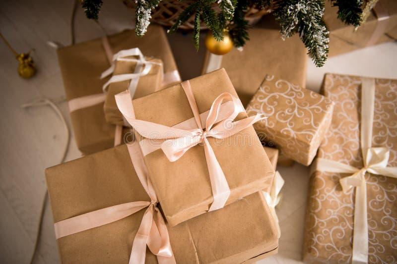 Download Подарки рождества упакованные в бумаге Craftool Чувство торжества Стоковое Изображение - изображение насчитывающей украшение, вал: 81801841