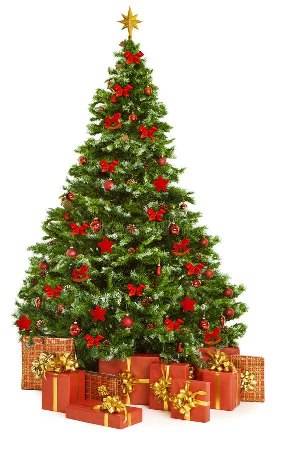 Подарки рождественской елки и настоящих моментов, игрушки дерева Xmas на белизне стоковое изображение rf