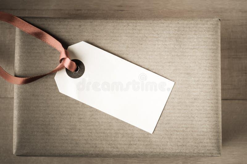 Подарок бумаги Брайна с ярлыком стоковая фотография rf