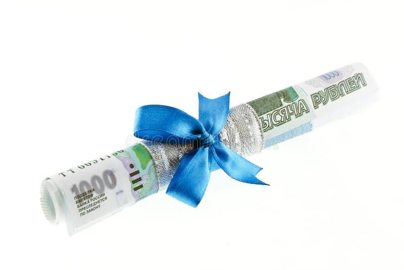 Подарок денег связанный с голубым смычком стоковое фото